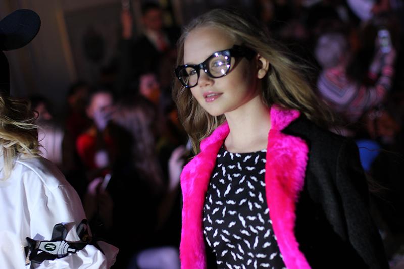 На модели очки Givenchy